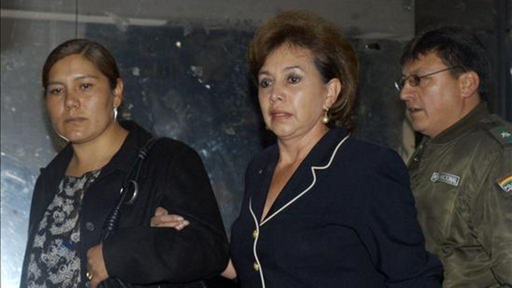 La diputada suplente por el gubernamental Movimiento Al Socialismo (MAS) Jovanna Navia Doria Medina (i) y su abogada, Maria Teresa Montaño (c), salen de la sede de la Fiscalía, en La Paz (Bolivia), después de presentarse en el marco de la investigación sobre el caso de corrupción en YPFB. EFE
