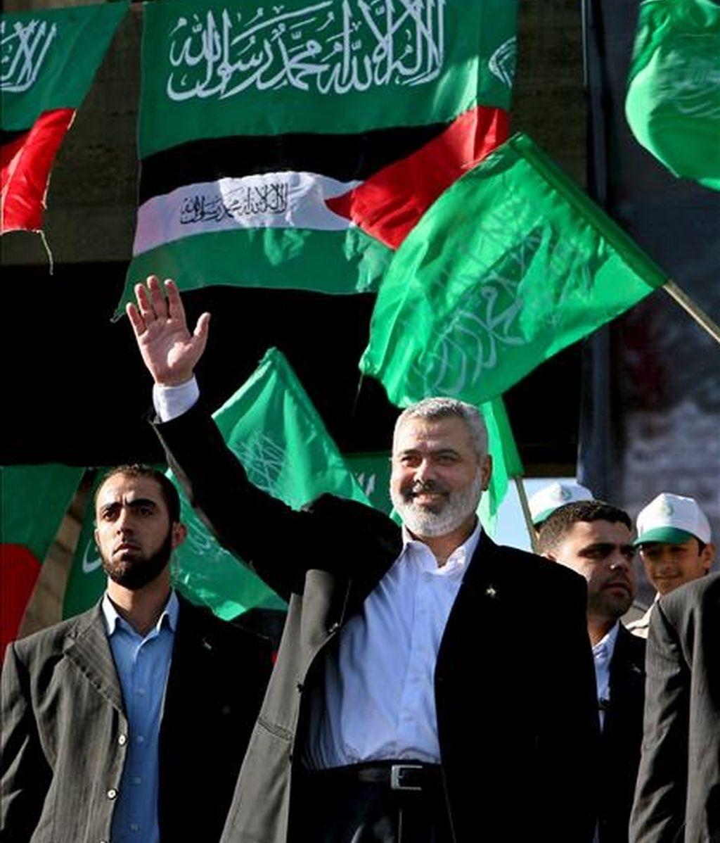 El depuesto primer ministro de facto en Gaza, Ismail Haniye, saluda a los seguidores de Hamás, el pasado 14 de diciembre de 2008, durante las celebraciones del 21º aniversario de Hamás. EFE/Archivo