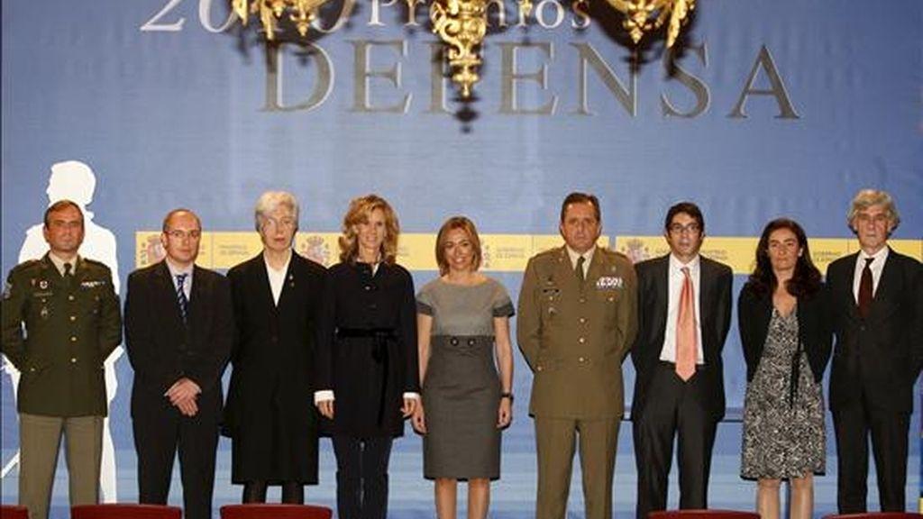 La ministra de Defensa, Carme Chacón (c), acompañada de la ministra de Ciencia e Innovación, Cristina Garmendia (4i), presidió hoy el acto de entrega de los Premios Defensa 2010 y el III premio soldado Idoia Rodríguez, mujer en las Fuerzas Armadas, en el Cuartel General del Ejército. EFE