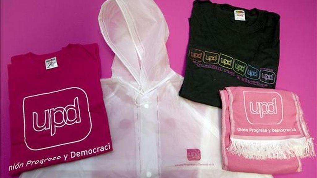 """Productos de merchandising de Unión Progreso y Democracia """"UPyD"""", que ofrecerá este partido a los electores en la campaña que, pese a la crisis, algunos afrontan con humor y ofrecen """"kits de supervivencia"""" contra el """"chaparrón"""". EFE"""