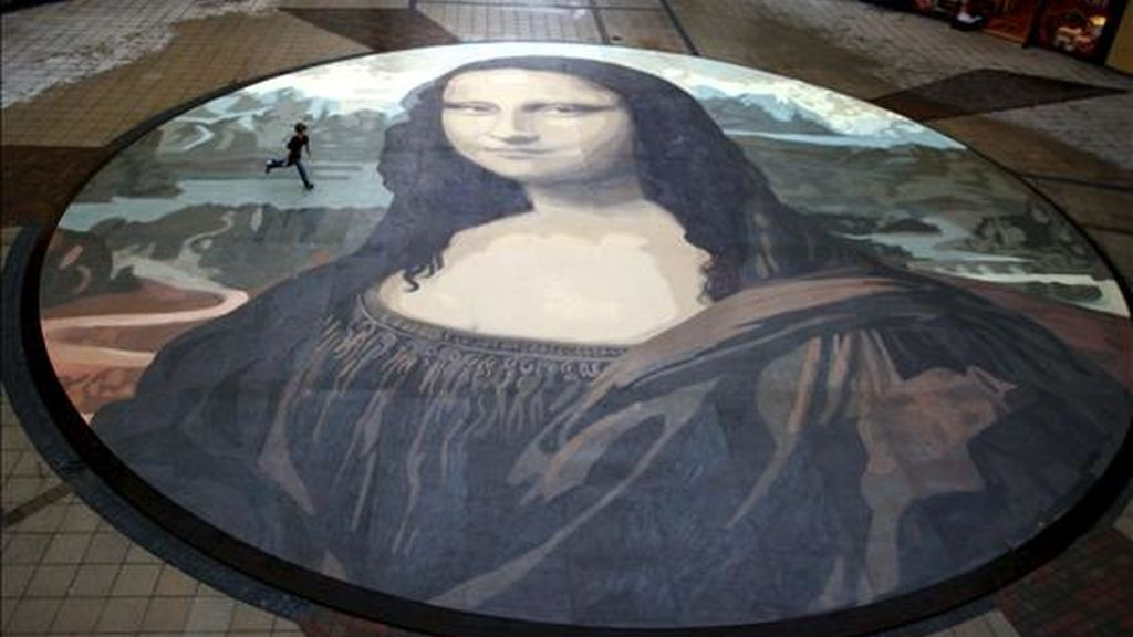 La Mona Lisa guarda en su pupila la clave de su identidad, según nueva teoría. En la imagen una reproducción de la Mona Lisa valedora del récord Guinness por ser la más grande del mundo, cubre una superficie de 240 metros cuadrados. EFE/Archivo