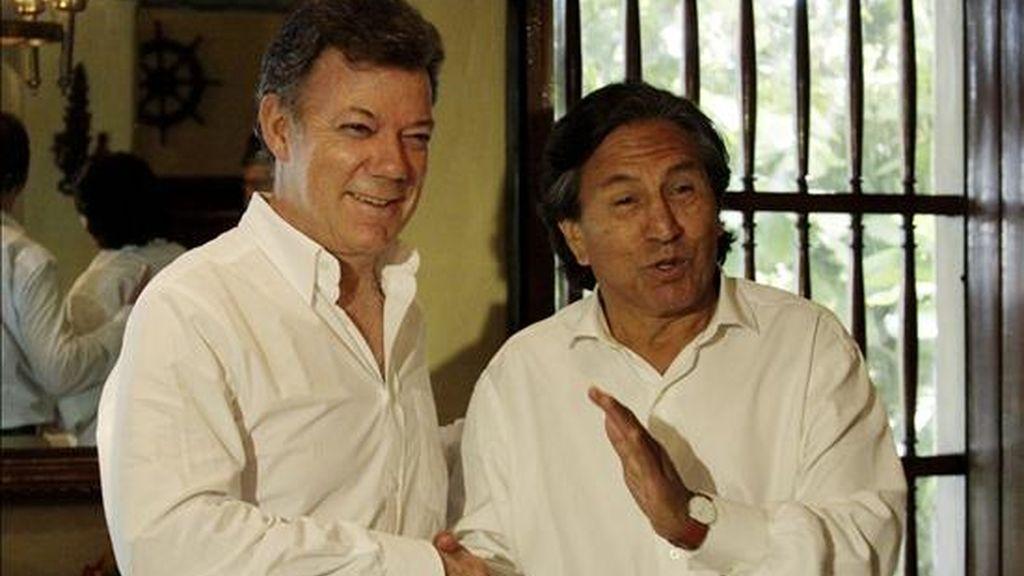 El presidente de Colombia, Juan Manuel Santos (i), saluda al candidato a la Presidencia de Perú, el ex mandatario Alejandro Toledo (d), durante el VII Congreso Nacional de la Infraestructura que se lleva a cabo en Cartagena (Colombia). EFE