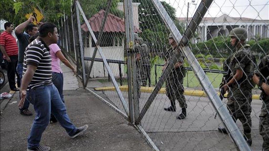 Simpatizantes del presidente de Honduras, Manuel Zelaya, protestan frente a la casa presidencial en Tegucigalpa. EFE