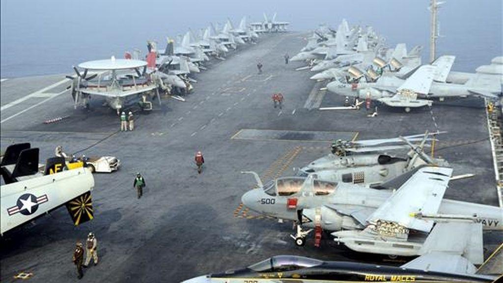 """Marines del Ejército de Estados Unidos trabajan en la cubierta del portaaviones nuclear """"USS George Washington"""" durante unas maniobras militares conjuntas de Estados Unidos y Corea del Sur, en el Mar Amarillo (Mar Occidental), en Corea del Sur, ayer, 30 de noviembre de 2010. Las maniobras finalizan hoy, 1 de diciembre de 2010. EFE"""