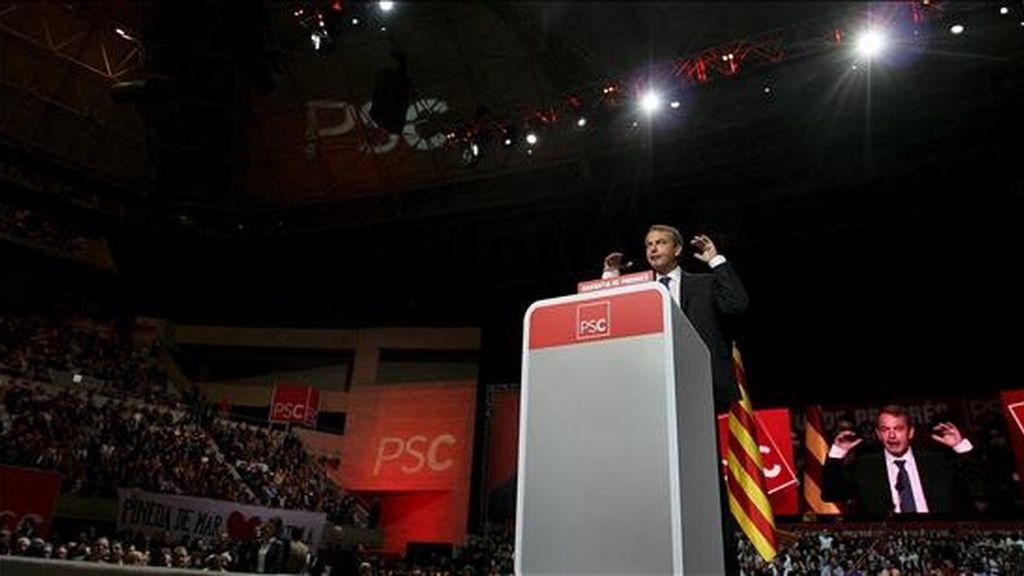 El presidente del Gobierno José Luis Rodríguez Zapatero, durante su intervención en apoyo de su homólogo de la Generalitat y candidato a la reelección por los socialistas catalanes (PSC), José Montilla, en el mitin central de campaña celebrado esta noche en el Palau Sant Jordi de Barcelona. EFE