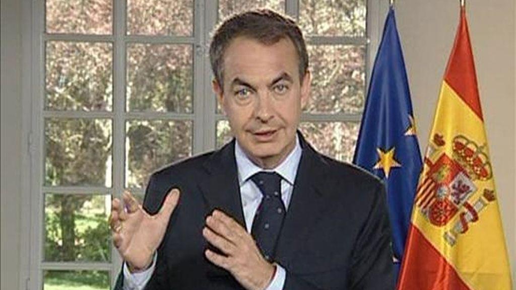 """El presidente del Gobierno, José Luis Rodríguez Zapatero, ha grabado un vídeo con motivo de la cumbre del G-20 que acogerá Londres este jueves en el que se muestra convencido del éxito de la cita, que supondrá, dice, """"el inicio de la recuperación"""" tras una crisis causada por la """"codicia"""" en el sistema financiero. EFE/TV"""