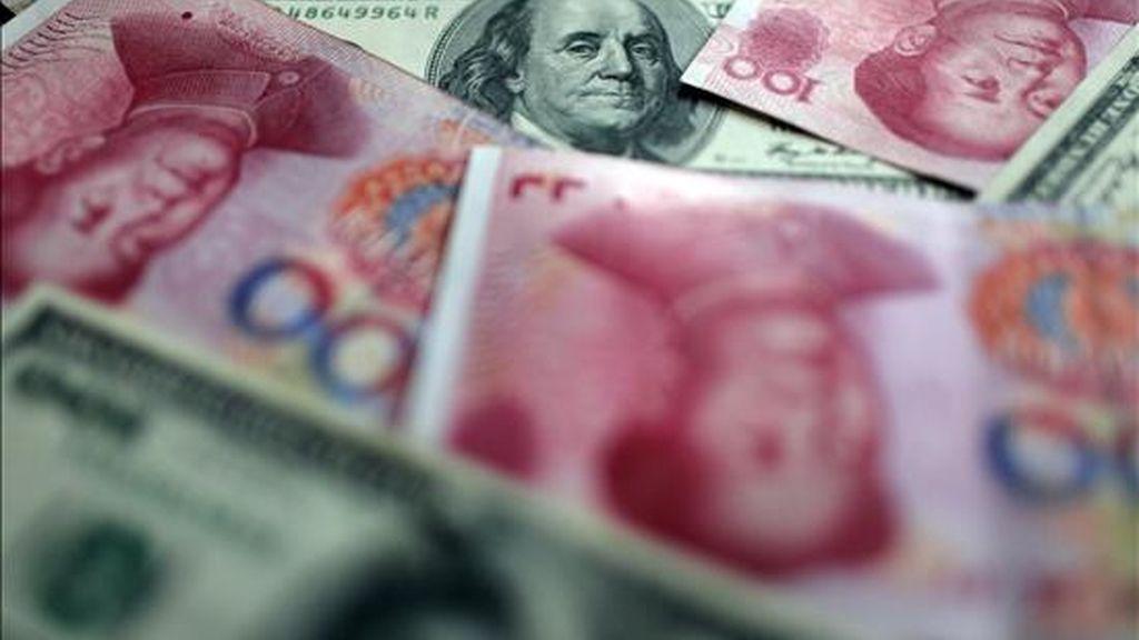 Billetes chinos y americanos en Shangai (China). EFE/Archivo
