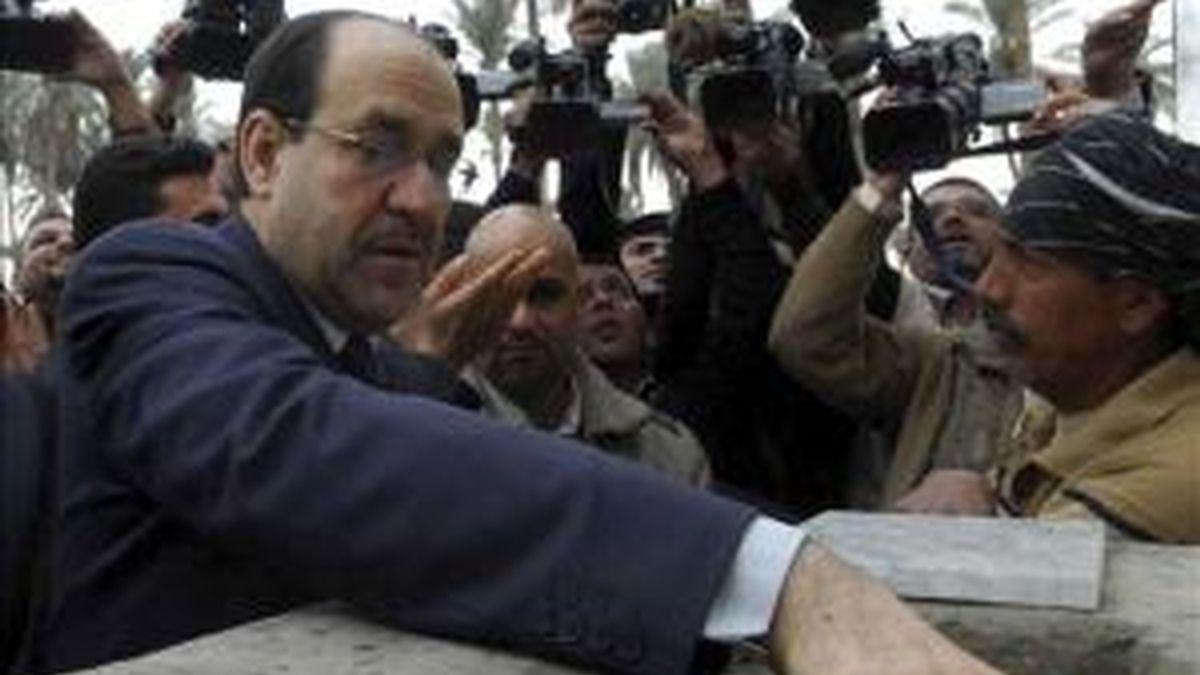 Fotografía cedida por la oficina del primer ministro iraquí que muestra al primer ministro Nuri al-Maliki (izda) poniendo la primera piedra de un hospital germano-iraquí en Bagdad (Irak) ayer domingo, 12 de diciembre. EFE