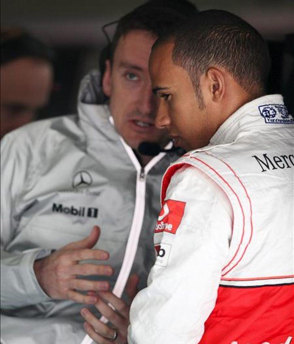 El piloto británica de Fórmula Uno Lewis Hamilton, de la escudería McLaren Mercedes, durante la jornada de entrenamientos libres celebrada en el circuito internacional de Shanghái (China). El Gran Premio de China de Fórmula Uno se disputará el próximo domingo. EFE