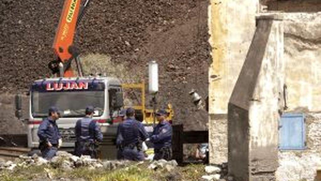 Miembros de la Policía Nacional y de la Unidad Militar de Emergencia (UME), recogen el material y se disponen a abandonar el lugar tras dar por finalizada la búsqueda de huesos en el pozo de la casa de Jinamar. Foto: EFE