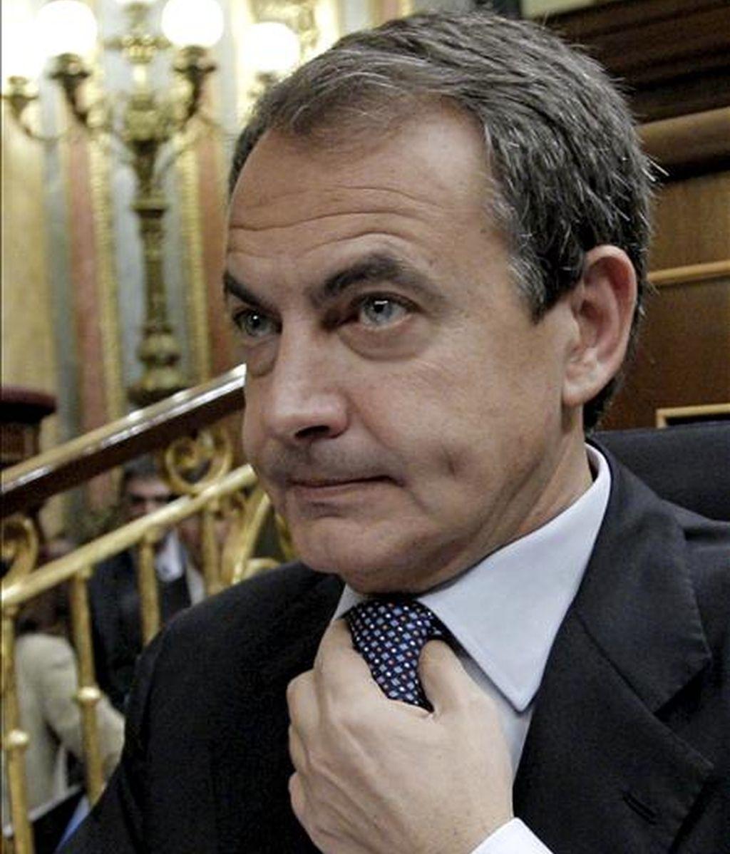 El presidente del Gobierno, José Luis Rodríguez Zapatero, durante la sesión de control al Ejecutivo celebrada hoy en el Congreso de los Diputados en la que ha anunciado una rebaja fiscal para las pymes, el fin de la prestación de 426 euros a partir de febrero y la privatización de la gestión de los aeropuertos de Barajas y el Prat. EFE