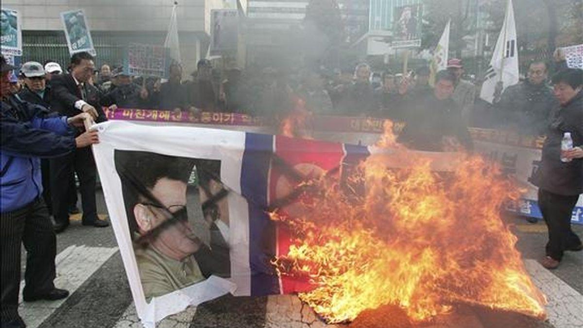 Grupos de surcoreanos queman un poster del líder de Corea del Norte, Kim Jong-il, durante una manifestación contra el ataque norcoreano sobre la isla surcoreana de Yeonpyeong, en Seúl, Corea del Sur. EFE