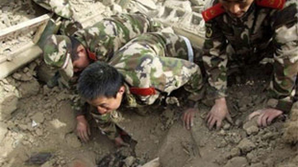 Los militares intentan rescatar a los sepultados con sus propias manos. Foto: EFE