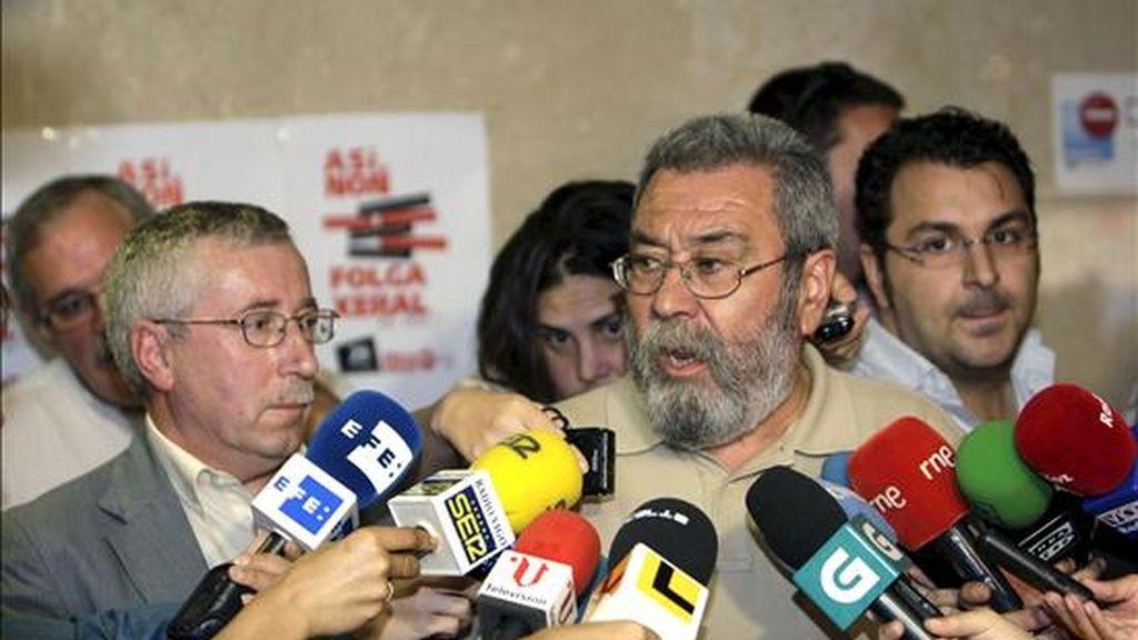 Los secretarios generales de UGT, Cándido Méndez (d), y de CCOO, Ignacio Fernández Toxo, atienden a los periodistas antes de la asamblea informativa sobre la huelga general del 29 de septiembre celebrada hoy en Vigo. EFE