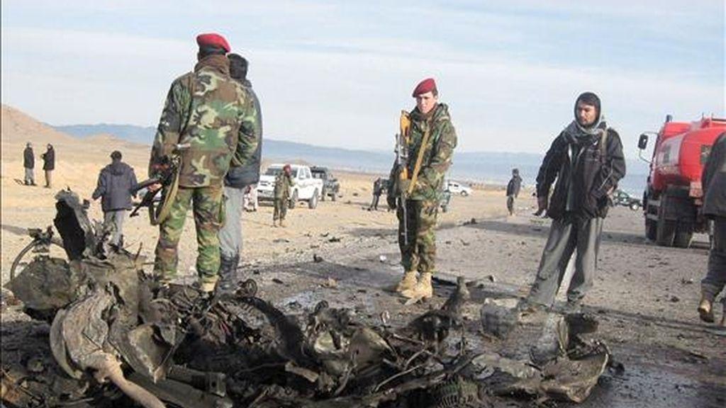 Soldados afganos inspeccionan los restos del atentado suicida con coche bomba perpetrado en Herat (Afganistán), el pasado 21 de enero. EFE/Archivo
