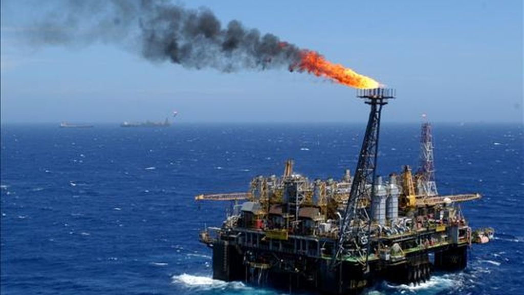 De momento, Petrobras y sus socios, la portuguesa Galp y la británica GP, ya han comprobado el volumen de dos yacimientos, Tupí e Iara, que suman unos 8.000 millones de barriles en reservas. EFE/Archivo