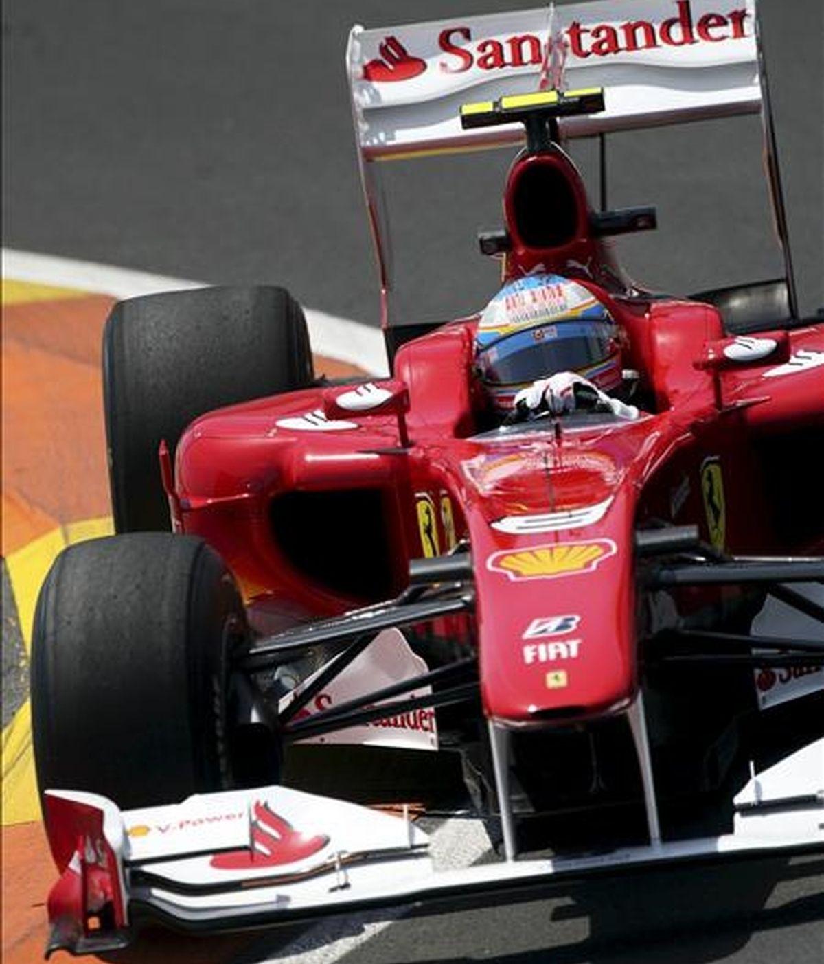 El piloto español de la escudería Ferrari, Fernando Alonso, traza una curva del circuito urbano de Valencia, durante el Gran Premio de Europa de Fórmula Uno. EFE/Archivo