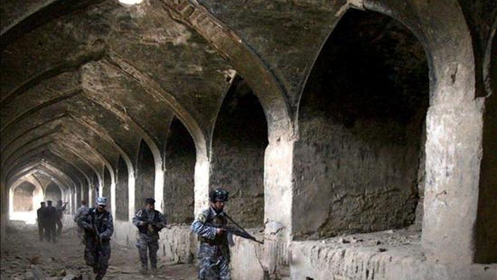 Soldados iraquíes patrullan en la ciudad de Babil, en el norte de país, hoy lunes. EFE
