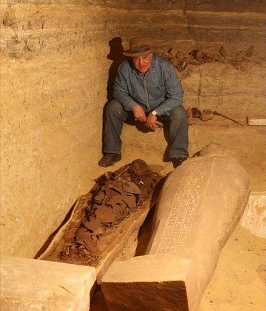 Fotografía sin fecha facilitada hoy, lunes 9 de febrero, por el Consejo Supremo de Antigüedades de Egipto que muestra al secretario general del citado Consejo, Zahi Hawass, posando junto a uno de los treinta sarcófagos descubiertos recientemente en la necrópolis faraónica de Saqara, a unos 20 kilómetros al suroeste de El Cairo, Egipto. EFE