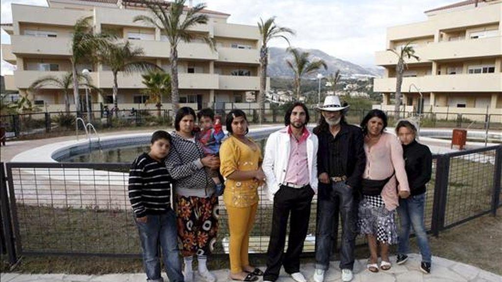 En la imagen, varias de las personas que habían ocupado ilegalmente una urbanización deshabitada de Mijas (Málaga) con una treintena de apartamentos. EFE