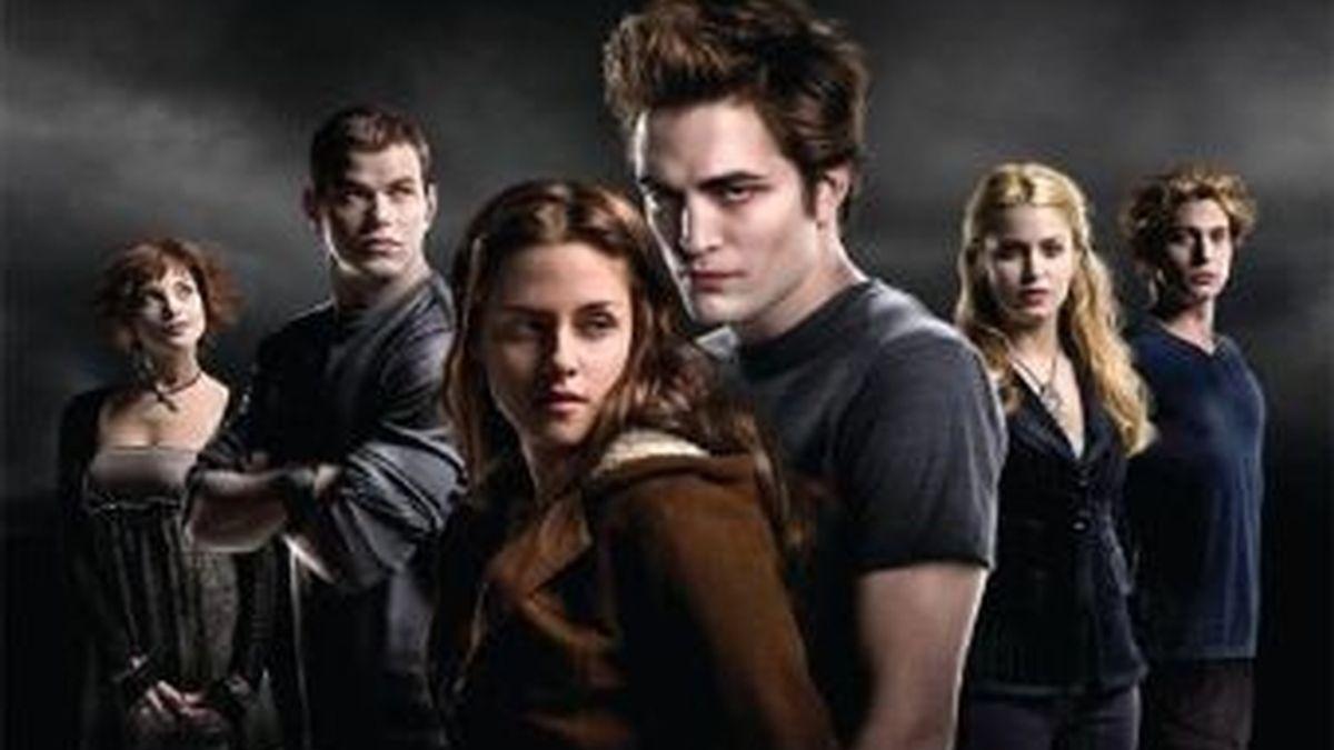 """La serie de libros sobre vampiros """"Crepúsculo"""" ingresó en la lista de las 10 obras que las escuelas y bibliotecas públicas estadounidenses retiraron de sus estanterías en 2009 por tener un contenido considerado inadecuado para los lectores."""
