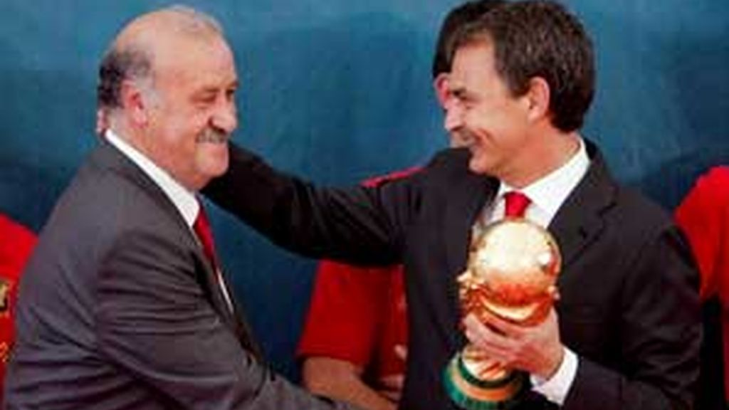 El presidente del Gobierno ha compartido la Copa del Mundo con la selección. Vídeo: Informativos Telecinco.