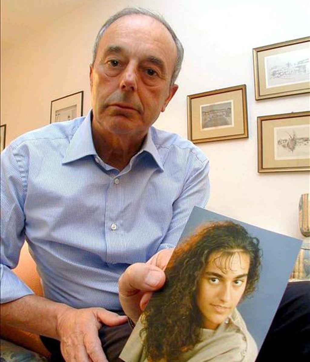 Giuseppe Englaro sujetando una foto de su hija Eluana, en Lecco (Italia) en marzo de 2002. EFE/Archivo