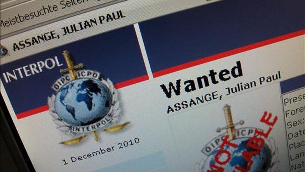 """Vista parcial de la página web de la Interpol, hoy, 1 de diciembre de 2010, después de que la agencia emitiera un día antes una orden internacional de detención contra el fundador de WikiLeaks, Julian Assange, en Berlín (Alemania). La orden internacional de detención, una """"notificación roja"""", contra Assange es por presuntos delitos sexuales, informó hoy la organización policial. EFE"""