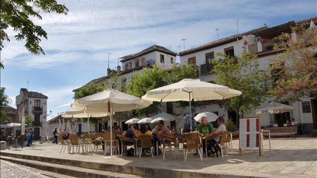 Turistas disfrutan en una terraza de bar cercana al Mirador de San Nicolás en el barrio granadino del Albaicín. EFE/Archivo