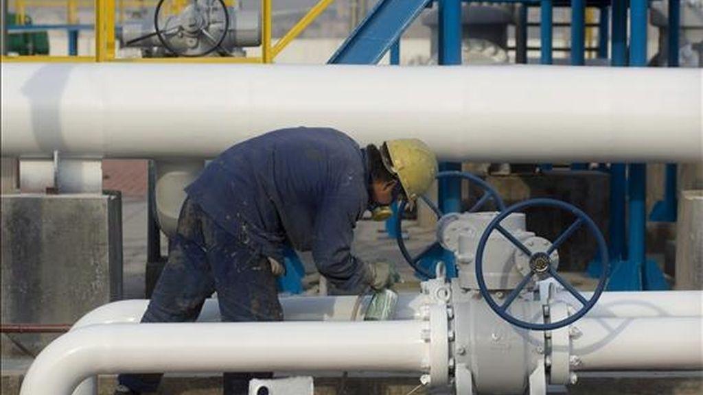 Un operario trabaja en la refinería situada en el parque tecnológico de Qingdao, (provincia oriental china de Shandong). EFE/Archivo
