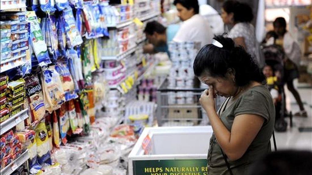 En la imagen, una mujer selecciona productos en un supermercado. EFE/Archivo