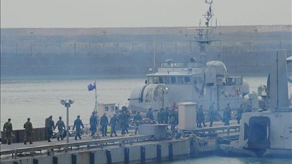 Marinos surcoreanos se embarcan hacia la isla de Yeonpyeong, en Incheon (Corea del Sur). Corea del Norte atacó con cientos de disparos de artillería a la isla, dejando como saldo 2 marinos del sur muertos y varios heridos civiles y militares. EFE