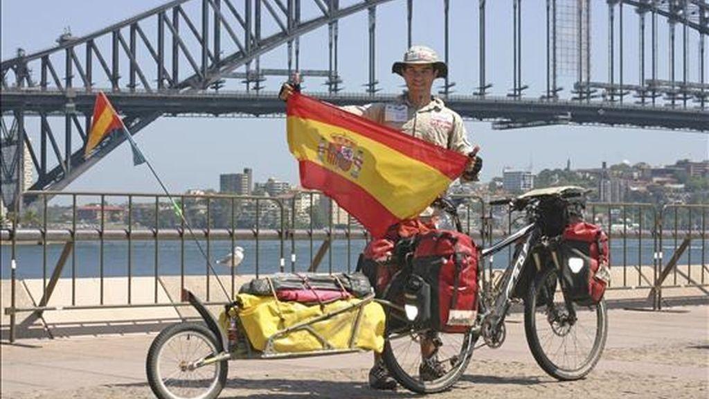 El asturiano Juan Menéndez Granados, de 26 años y originario del pueblo de Pravia, llegó hoy a Sídney tras superar la hazaña de cruzar en diagonal Australia , unos 5.000 kilómetros que atravesó en bicicleta y sin asistencia durante los tres meses más calurosos del año. EFE/Archivo
