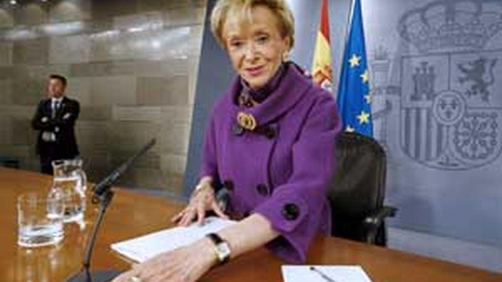 La vicepresidenta primera del Gobierno, Teresa Fernández de la Vega, durante la rueda de prensa posterior al primer Consejo de Ministros celebrado en el Palacio de la Moncloa tras la remodelación del Ejecutivo. Vídeo: ATLAS