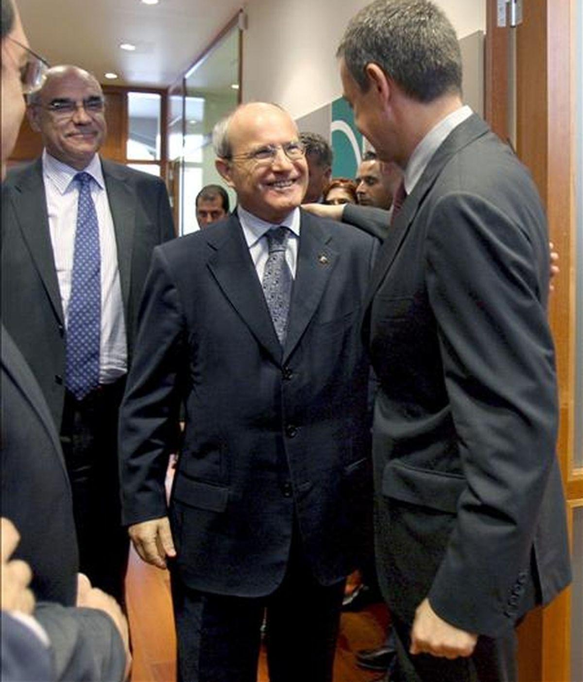 El presidente del Gobierno José Luis Rodríguez Zapatero (d), saluda al presidente de la Generalitat, José Montilla (c), en presencia del presidente del Círculo de Economía, Salvador Alemany, momentos antes de comenzar el encuentro-almuerzo con empresarios catalanes en Barcelona. EFE