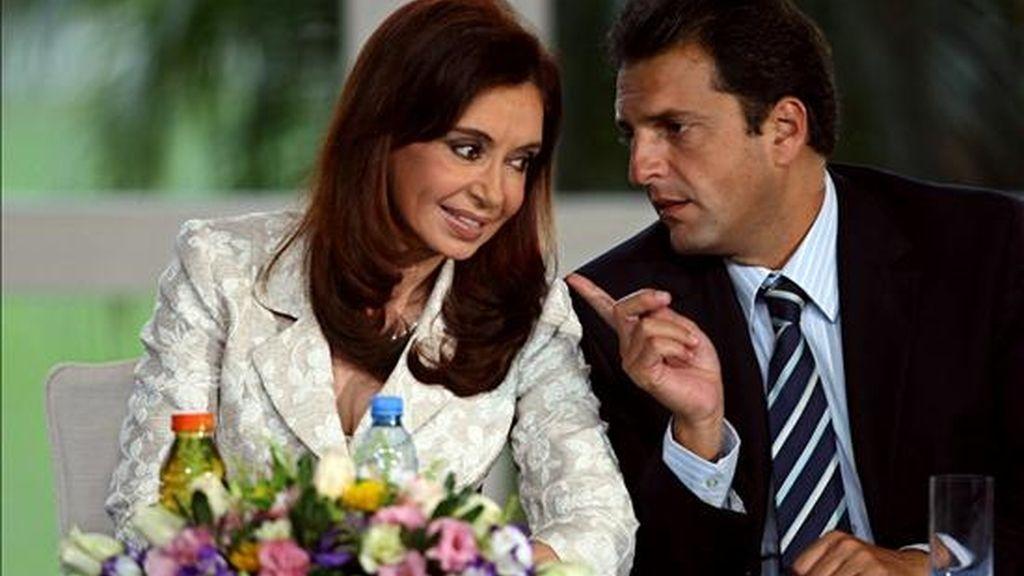 """La presidenta de Argentina, Cristina Fernández de Kirchner (c), conversa con su jefe de Gabinete, Sergio Massa (d),  durante un acto en la Quinta Presidencial de Olivos en Buenos Aires, en el que anunció la firma de un acuerdo con varios gremios para alcanzar la """"paz social"""" en Aerolíneas Argentinas, actualmente en manos del Estado. EFE"""