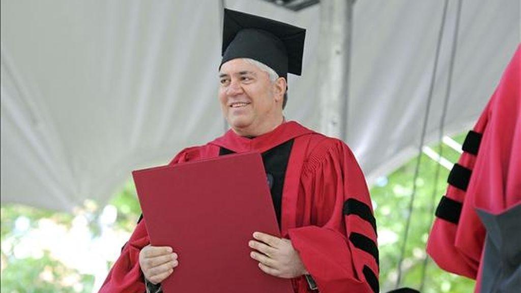 El cineasta Pedro Almodóvar, emocionado tras recibir el título de doctor honoris causa en Artes por la Universidad de Harvard, uno de los mayores reconocimientos que concede esta prestigiosa universidad. EFE