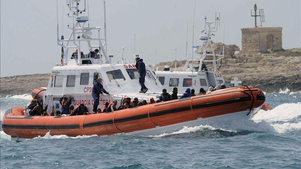 Un grupo de inmigrantes africanos subsaharianos viaja a bordo de un bote de la Guardia Costera italiana, mientras son trasladados al puerto de la isla italiana de Lampedusa, el pasado 15 de abril. EFE/Archivo