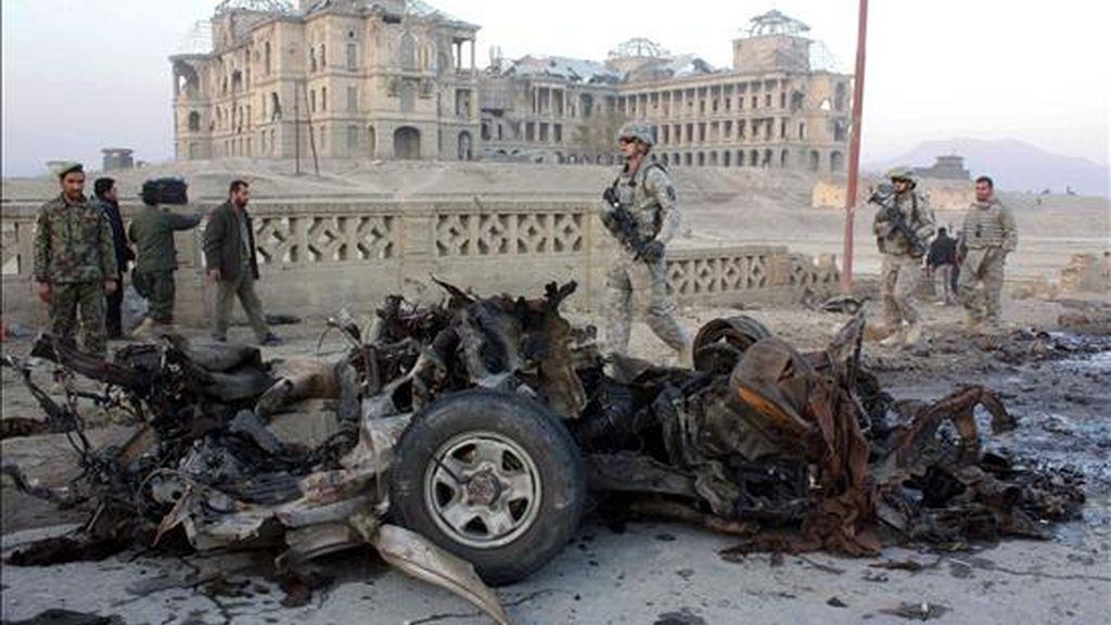 Soldados afganos y estadounidenses inspeccionan los restos de un vehículo usado en un ataque suicida con un coche bomba en Kabul (Afganistán), el pasado 12 de noviembre. EFE/Archivo