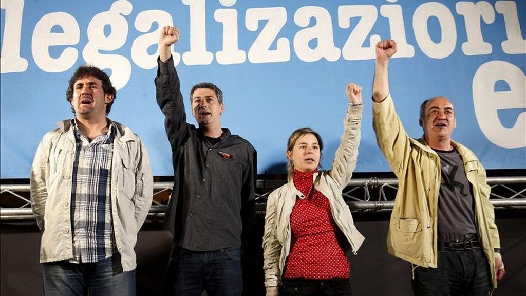 El secretario general de EA, Pello Urizar (i); Oskar Matute (2-i), de Alternatiba, y los independientes Martín Garitano (d) y Aitziber Ibaibarriaga anoche en Bilbao tras conocer la decisición del TC sobre Bildu. EFE