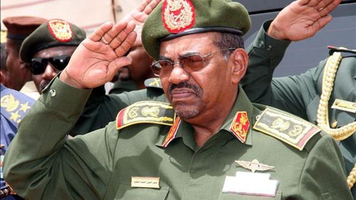 El presidente de Sudán, Omar Hassan Ahmad Al Bashir (c), durante la inauguración del hospital militar en Omdurmán (Sudán). EFE/Archivo