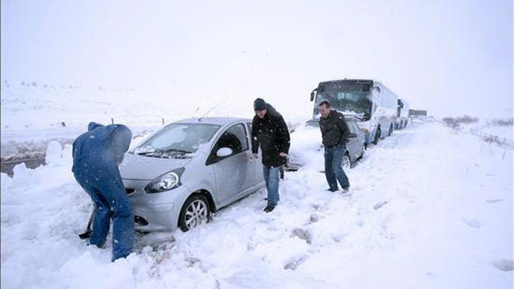 Las autoridades han señalado que los ocupantes de unos 360 vehículos se encuentran en buen estado a pesar de quedar atrapados toda la noche en sus vehículos con temperaturas por debajo de los 20 grados bajo cero. EFE/Archivo