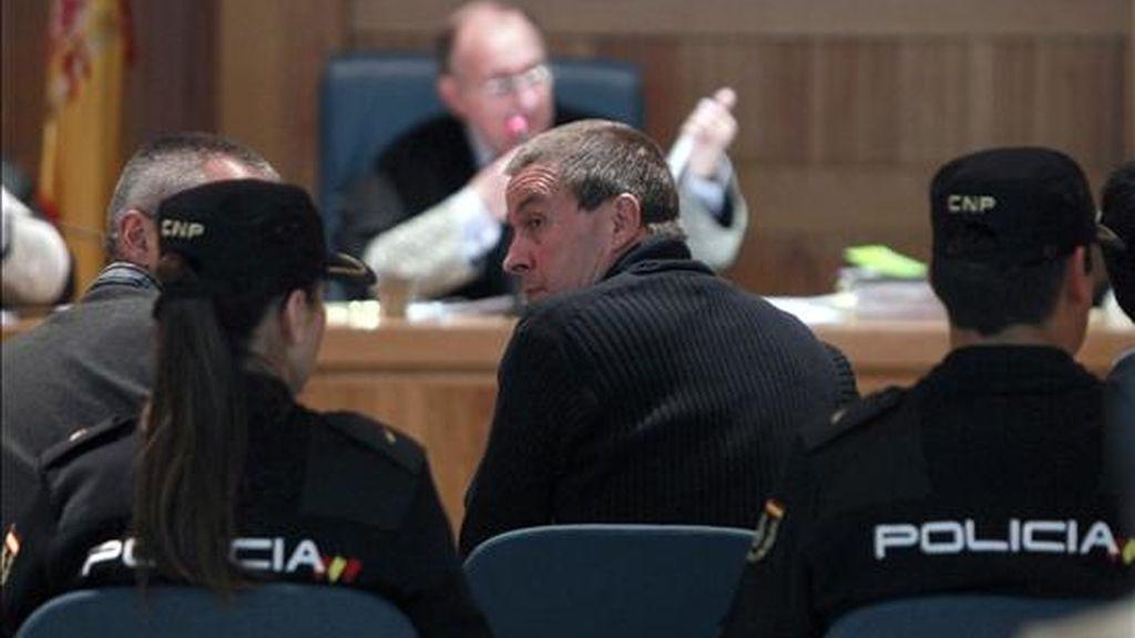 El ex portavoz de la ilegalizada Batasuna Arnaldo Otegi (c, de espaldas) durante el juicio celebrado el pasado día 11  contra él y los dirigentes abertzales Joseba Álvarez y Joseba Permach en la Audiencia Nacional por un delito de enaltecimiento del terrorismo por su intervención en un mitin en el velódromo de Anoeta en 2004. EFE