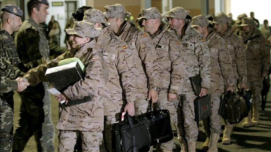 Una treintena de militares de la Brigada de Infantería Ligera Aerotransportable (Brilat) en el aeropuerto de Santiago de Compostela el pasado 15 de noviembre, momentos antes de partir hacia Afganistán para relevar a otros tantos que días atrás regresaron de ese país. EFE/Archivo
