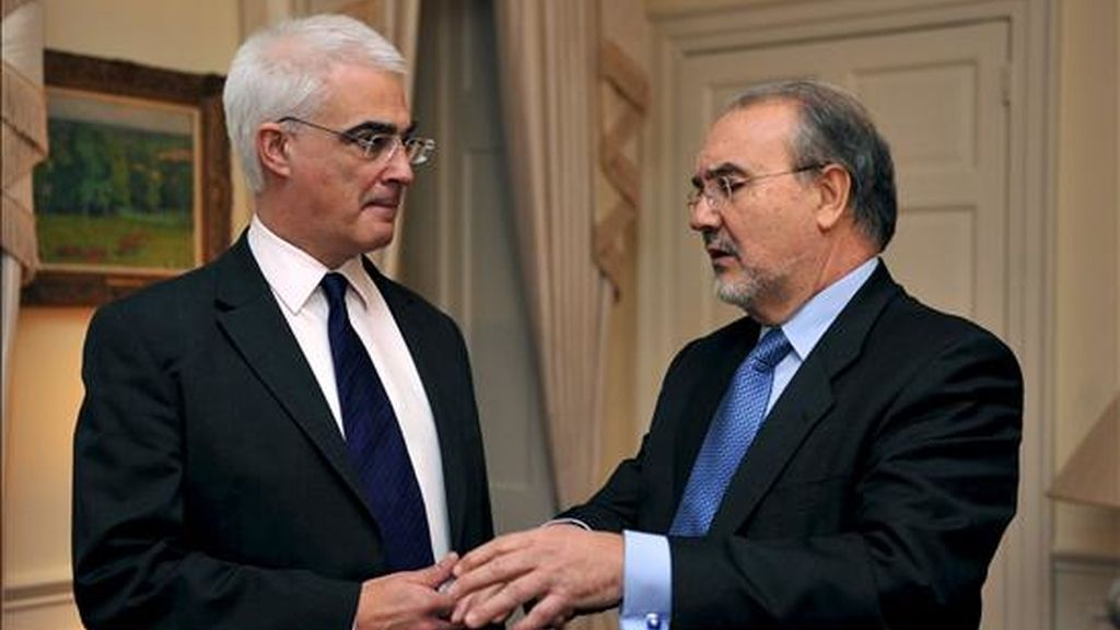 El ministro de Economía, Pedro Solbes (dcha.), conversa con su homólogo británico, Alistair Darling, en Londres. EFE