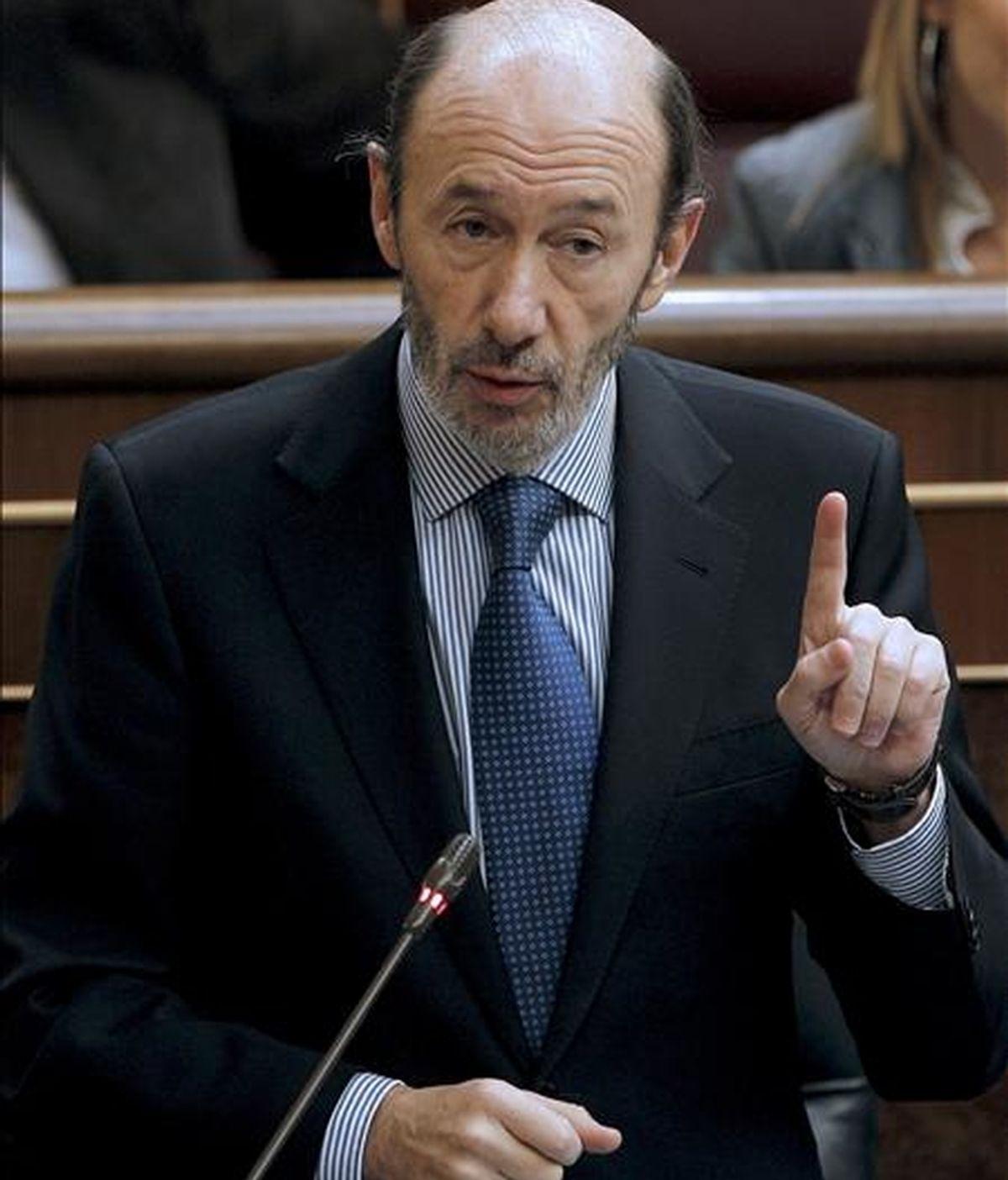 El vicepresidente primero del Gobierno y ministro del Interior, Alfredo Pérez Rubalcaba, durante su intervención en la sesión de control al Ejecutivo celebrada hoy en el Congreso de los Diputados. EFE