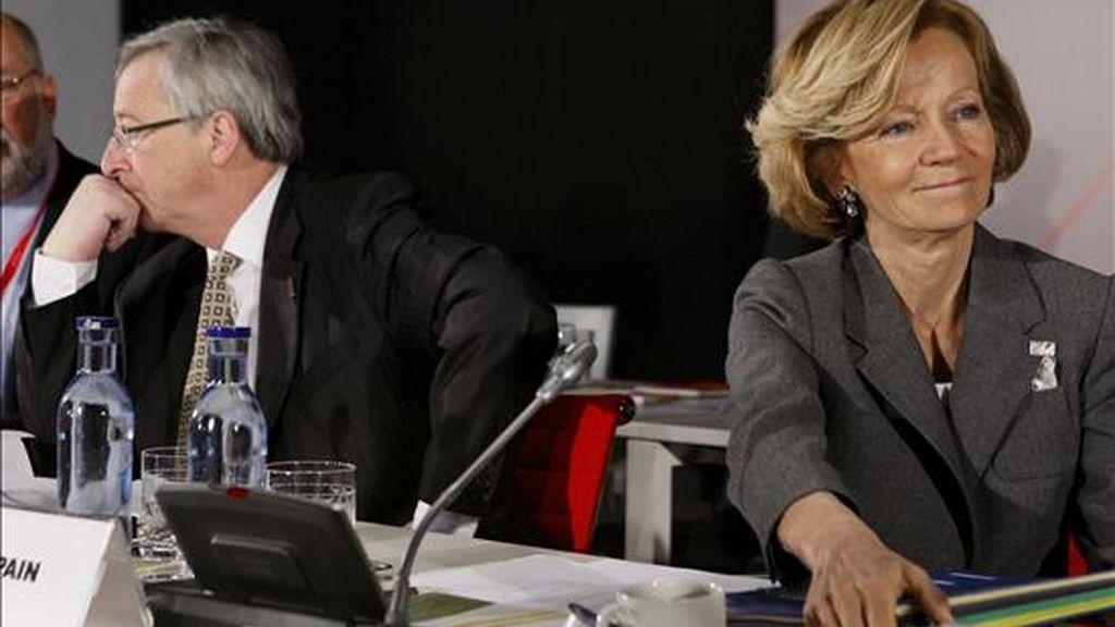 La vicepresidenta segunda del Gobierno y ministra de Economía y Hacienda, Elena Salgado, junto al presidente del Eurogrupo y primer ministro de Luxemburgo, Jean-Claude Juncker, al inicio de la reunión informal de este órgano, que reúne en Madrid a los ministros de Economía y Finanzas de la zona del euro. EFE