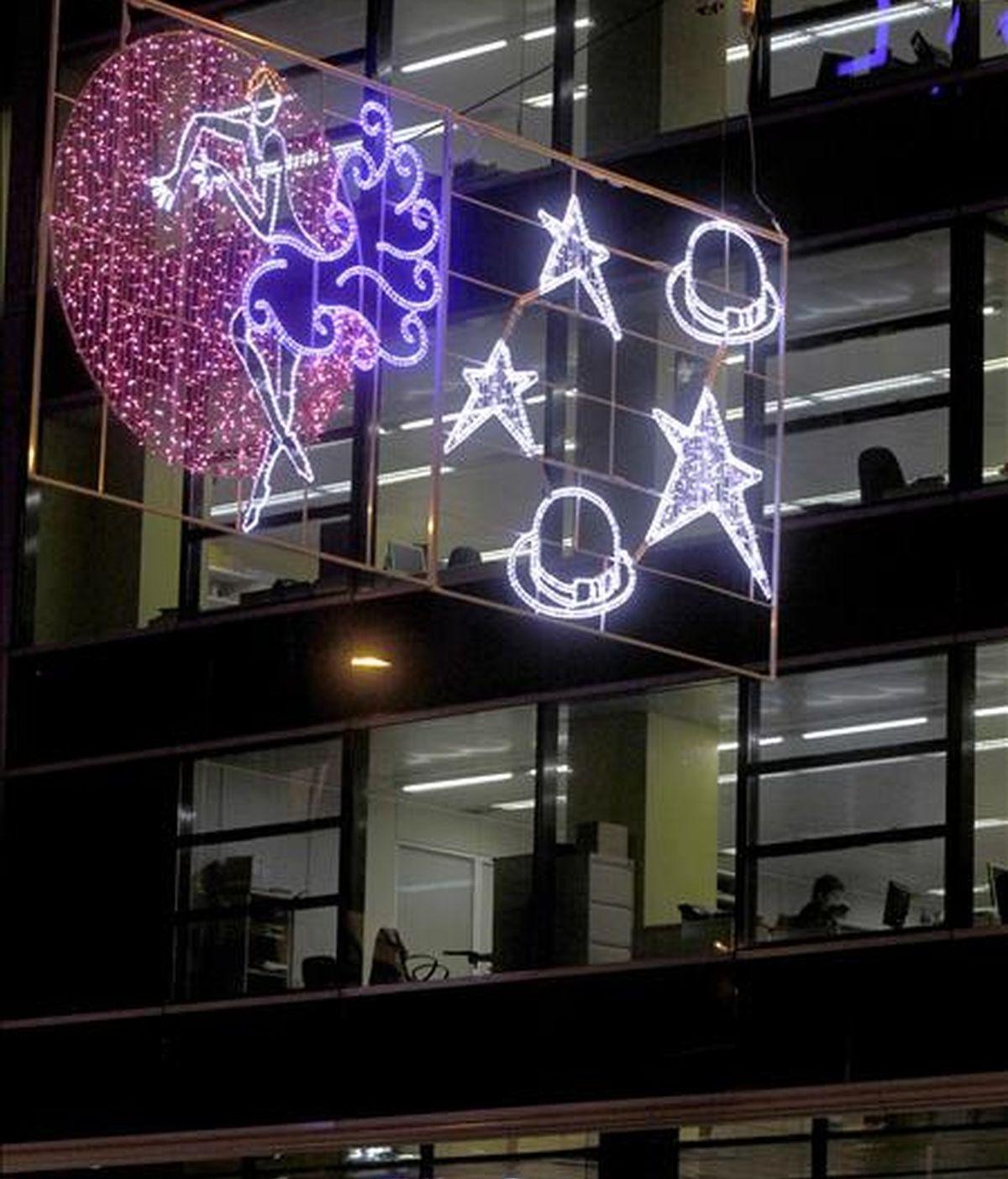 Detalle de las luces de Navidad instaladas en la avenida del Paralelo de Barcelona. EFE