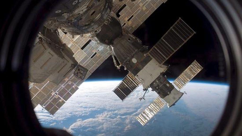 Fotografía cedida por la NASA que muestra la nave Soyuz 13 (TMA-9) y el carguero Progress 22 fotografiados por un miembro de la tripulación de la STS-116 desde una ventana de Estación Espacial Internacional durante el acople del transbordador espacial Discovery a la estación. Fotografía del 17 de diciembre de 2006. EFE/Archivo