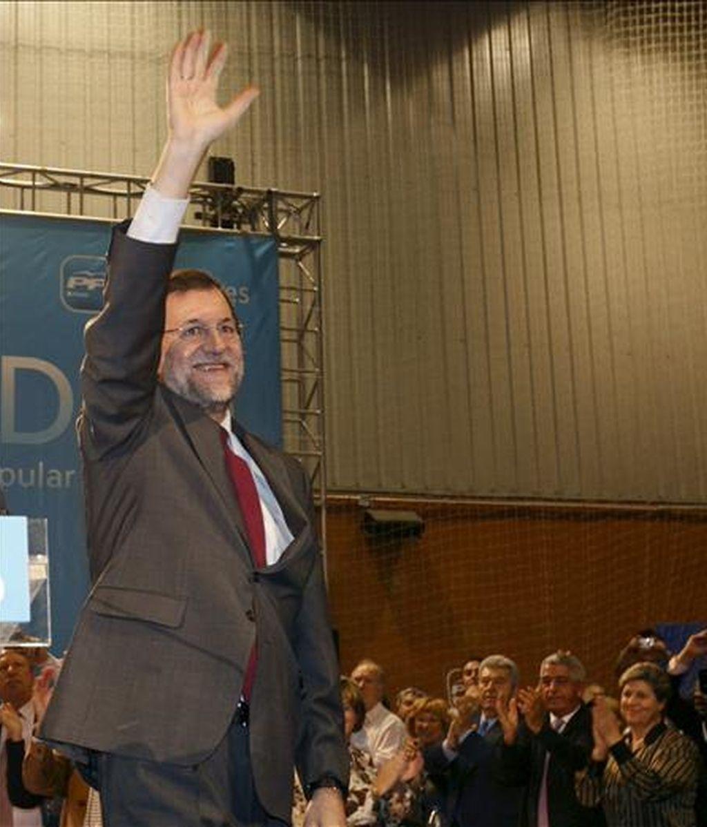 El presidente del PP, Mariano Rajoy, saluda a los asistentes a su llegada a la cena de Navidad que organiza esta noche el PP madrileño en Alcorcón. EFE